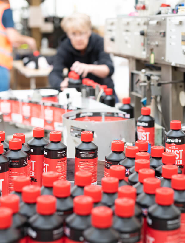 Bottle products being labelled and then shipped | Cedesa